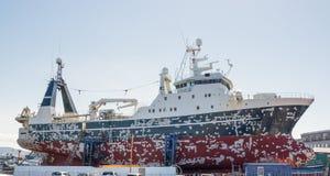 Groot schip in droogdok Royalty-vrije Stock Foto's