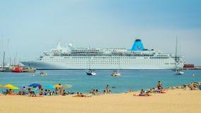 Groot schip, namen Marella Dream, van Malta, op een haven een klein Spaans dorp in Costa Brava 09 07 2018 Spanje Stock Fotografie