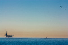 Groot schip op de horizon met helikopter Royalty-vrije Stock Afbeeldingen