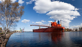 Groot schip in scheepswerf stock foto