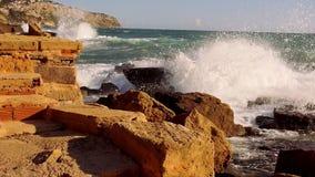 Groot schot van het breken van oceaangolven wild water stock videobeelden