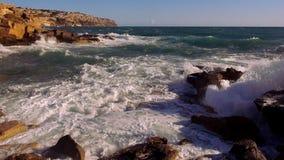 Groot schot van het breken van oceaangolven wild water stock footage