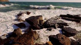 Groot schot van het breken van oceaangolven wild water op een winderige dag stock videobeelden