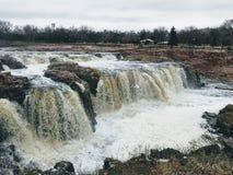 Groot Sioux River stroomt over rotsen in Sioux Falls South Dakota met meningen van het wild, ruïnes, parkwegen, de brug van het t Royalty-vrije Stock Foto's
