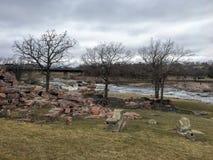 Groot Sioux River stroomt over rotsen in Sioux Falls South Dakota met meningen van het wild, ruïnes, parkwegen, de brug van het t Royalty-vrije Stock Afbeelding
