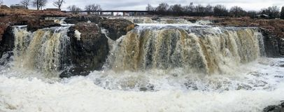 Groot Sioux River stroomt over rotsen in Sioux Falls South Dakota met meningen van het wild, ruïnes, parkwegen, de brug van het t Stock Fotografie