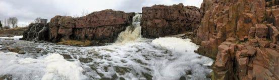Groot Sioux River stroomt over rotsen in Sioux Falls South Dakota met meningen van het wild, ruïnes, parkwegen, de brug van het t Stock Afbeeldingen