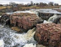Groot Sioux River stroomt over rotsen in Sioux Falls South Dakota met meningen van het wild, ruïnes, parkwegen, de brug van het t Royalty-vrije Stock Afbeeldingen
