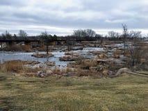 Groot Sioux River stroomt over rotsen in Sioux Falls South Dakota met meningen van het wild, ruïnes, parkwegen, de brug van het t Royalty-vrije Stock Fotografie