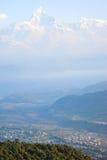 Groot sneeuwbergen en dorp in Pokhara Royalty-vrije Stock Fotografie