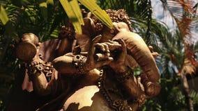 Groot standbeeld van Hindoese deity Ganesha tussen bomen, Bali, lage hoek stock video