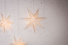 Groot sterrendecor op de witte muur Glanzende sterren het wieden van decoratie met grote groottesterren Royalty-vrije Stock Afbeelding