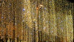 Groot straat geel-goud slinger-blind met blauwe trilling stock videobeelden