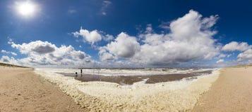 Groot strandpanorama Stock Foto's