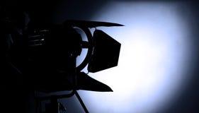 Groot studiolicht en driepoot voor het openluchtfilm schieten stock foto