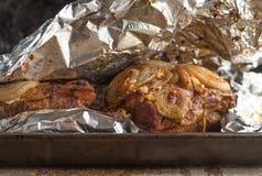Groot Stuk van Langzame Gekookte oven-Geroosterde Getrokken Varkensvleesschouder op hakbord met gemengde peperbollen, rosemaryn stock fotografie