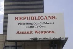 Groot teken voor kanoncontrole die tegen Republikeinse partij protesteren Royalty-vrije Stock Foto