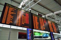 Groot tijdschema bij de internationale luchthaven van Praag Stock Foto's