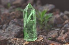 Groot transparant mystiek gefacetteerd kristal van gekleurd groen smaragdgroen kwarts op een steen achtergrondclose-up Prachtig m royalty-vrije stock foto