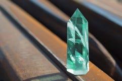 Groot transparant mystiek gefacetteerd kristal van gekleurd groen smaragdgroen kwarts op sporen op industrieel close-up als achte royalty-vrije stock afbeelding