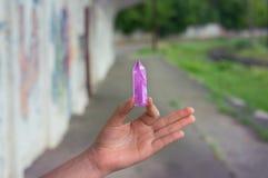 Groot transparant mystiek gefacetteerd kristal van gekleurd lilac amethist, chalcedony in hand licht close-up als achtergrond royalty-vrije stock foto