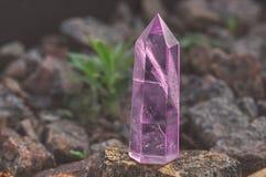 Groot transparant mystiek gefacetteerd kristal van gekleurd roze amethist, chalcedony op een steen achtergrondclose-up Prachtig m stock foto
