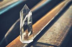 Groot transparant mystiek gefacetteerd kristal van wit kwarts op sporen op industrieel close-up als achtergrond Een prachtig mine stock foto
