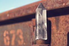 Groot transparant mystiek gefacetteerd kristal van wit kwarts op sporen op industrieel close-up als achtergrond Een prachtig mine royalty-vrije stock fotografie