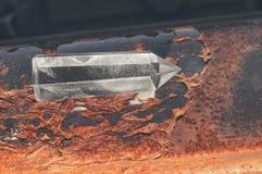 Groot transparant mystiek gefacetteerd kristal van wit kwarts op sporen op industrieel close-up als achtergrond Een prachtig mine stock fotografie