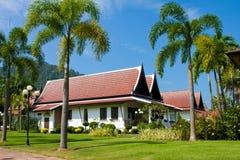 Groot tropisch strandhuis in Thailand Royalty-vrije Stock Afbeeldingen