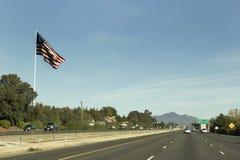 Groot U S Vlag door Snelweg Stock Foto's