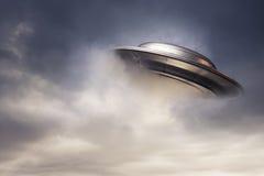 Groot UFO dat uit de wolken te voorschijn komt Royalty-vrije Stock Afbeelding