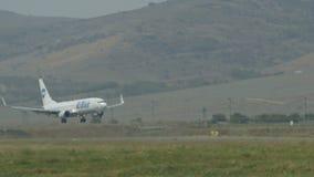 Groot UTair-Vliegtuigenland op Lange Baan stock video