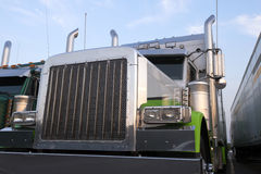 Groot van het traliewerkpijpen van de installatie klassiek semi vrachtwagen de bumperchroom Royalty-vrije Stock Foto's