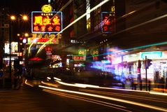 Groot van Hongkong beroemd en gloeduithangbord stock foto's