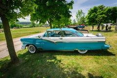 Groot verbazend zijaanzicht van klassieke uitstekende retro auto Stock Fotografie