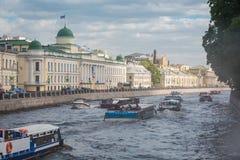 Groot verkeer van de schepen van de excursierivier op de Fontanka-Rivier in de lente royalty-vrije stock foto