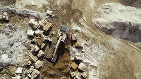 Groot vernielingsgebied - puin en bouwmachines, bulldozer stock videobeelden