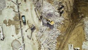 Groot vernielingsgebied - puin en bouwmachines, bulldozer stock footage