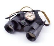 Groot verrekijkers en kompas op een witte achtergrond stock afbeelding