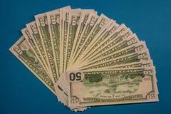 Groot Vet die Geldbroodje op een blauwe Achtergrond wordt ge?soleerd stock fotografie
