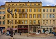 Groot vierkant met een fontein in Oude Stad Nice Frankrijk stock fotografie