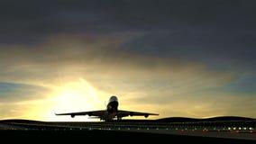 Groot vliegtuig die tegen mooie zonsondergang opstijgen stock footage