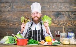 Groot voedsel voor een gezonde levensstijl Gelukkige gebaarde mens chef-kokrecept Het op dieet zijn natuurvoeding Het gezonde voe royalty-vrije stock afbeelding