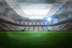 Groot voetbalstadion met lichten