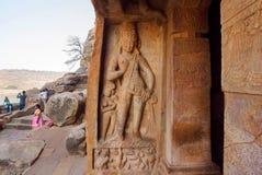 Groot voorbeeld van Indische rots-besnoeiing architectuur Ga van de tempel van het de 6de eeuwhol in stad Badami, India binnen Royalty-vrije Stock Afbeelding