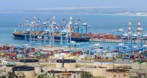 Groot vrachtschip in de haven Royalty-vrije Stock Afbeelding