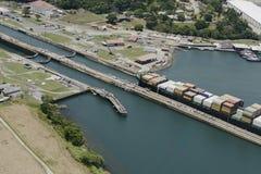 Groot vrachtschip die Gatun-Sloten weggaan Royalty-vrije Stock Afbeeldingen