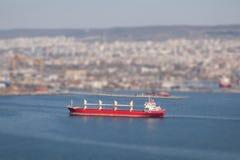 Groot vrachtschip die in haven aankomen Schuine stand-verschuiving effect Stock Afbeeldingen