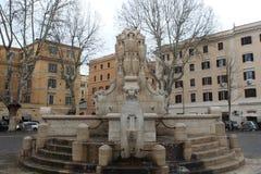 Groot Waterkruikbeeldhouwwerk in een Pkaza in Rome Stock Fotografie